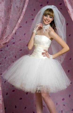 Пышного короткого свадебного платья