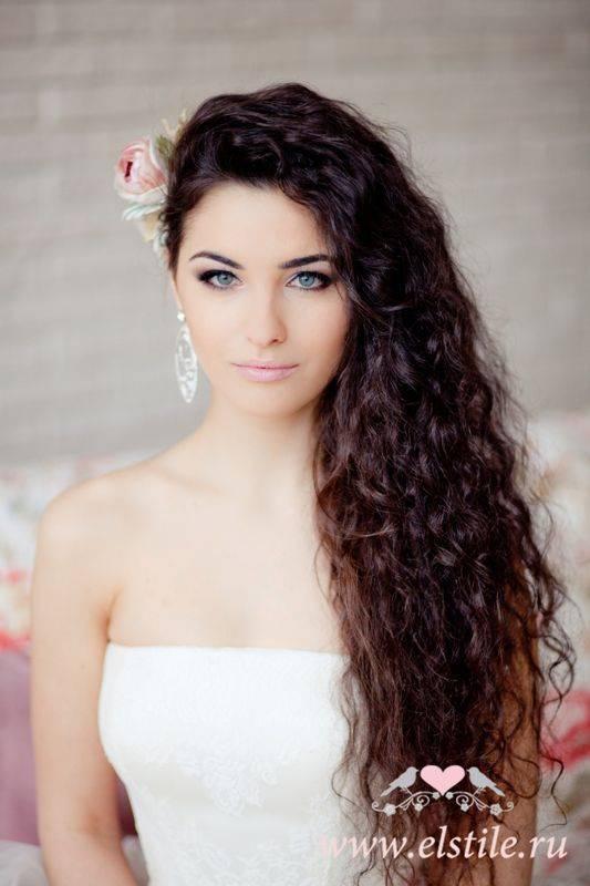 как сделать прическу на длинные волосы на бок. простые прически на бок на средние волосы своими руками фото.