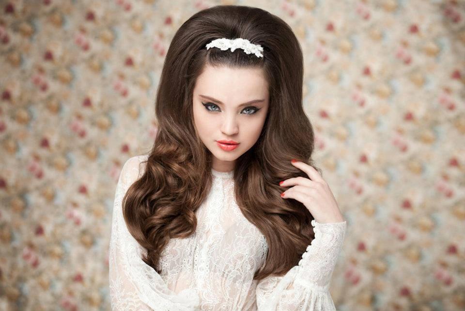 прически на длинные волосы начесом