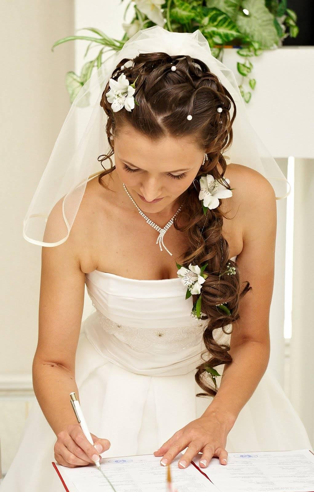 свадебные прически с длинными волосами с живыми цветами